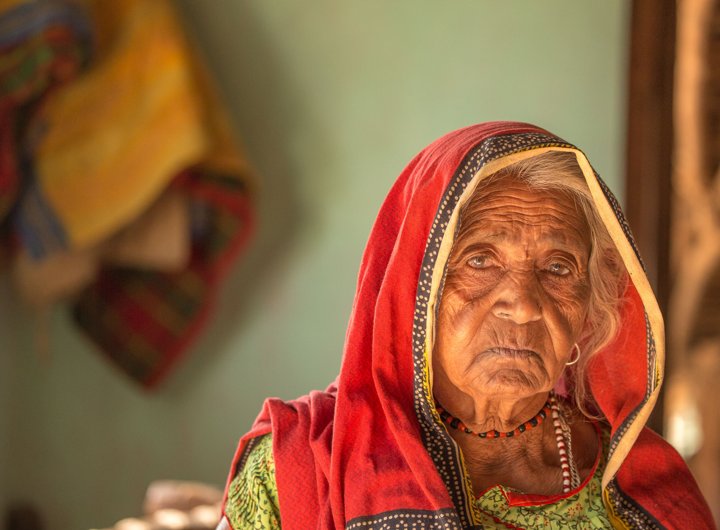 India-Gujarat-Old-Woman-Red-Shawl