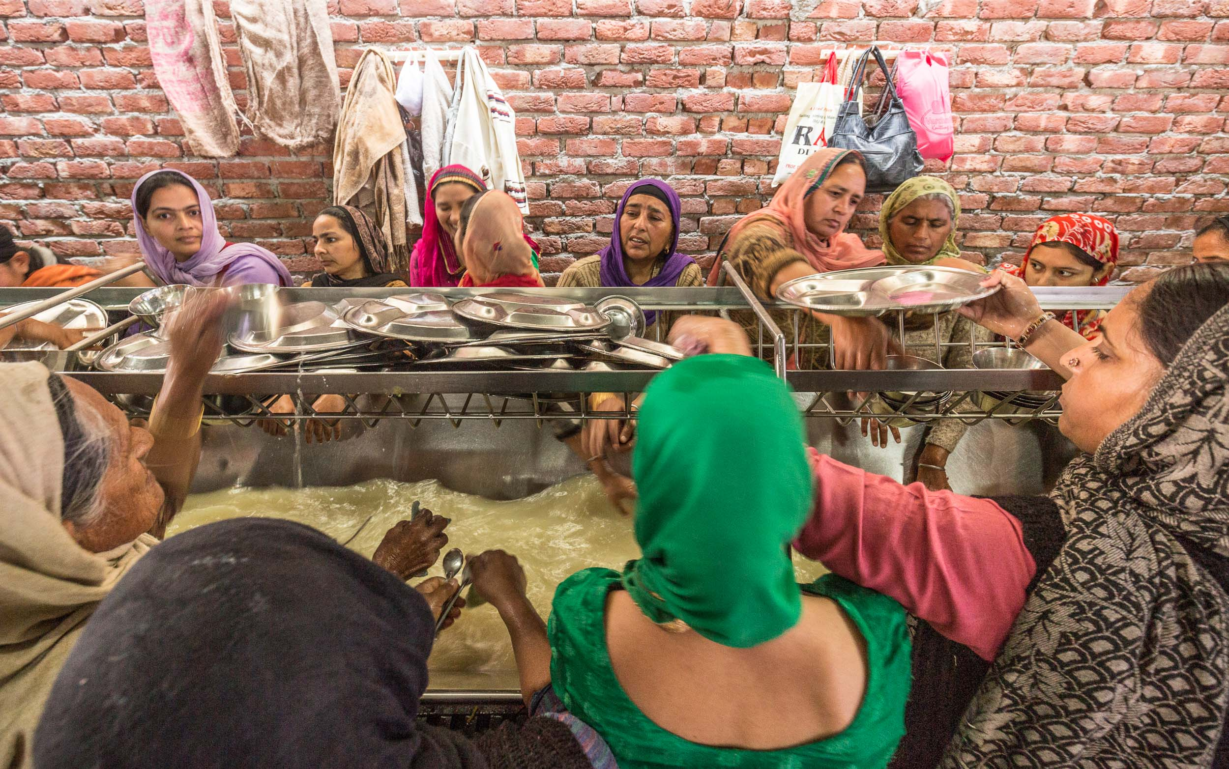 India-Punjab-Amritsar-Golden-Temple-Women-Washing-Dishes